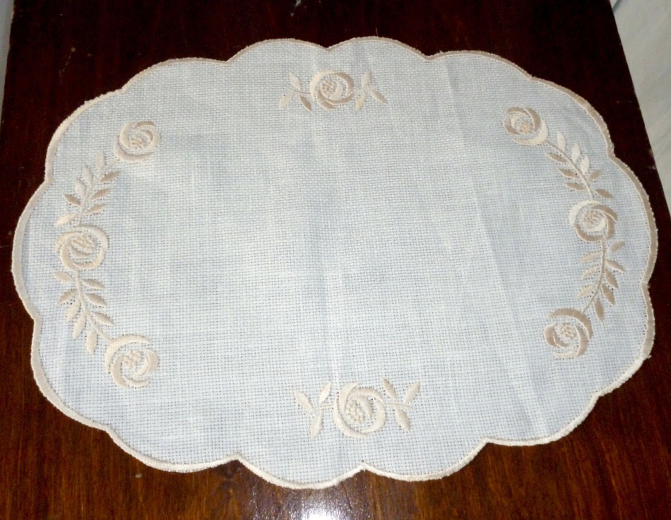 Linen placemats with satin stitch