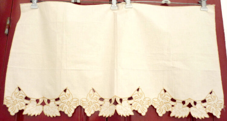 Short curtain with embroidery