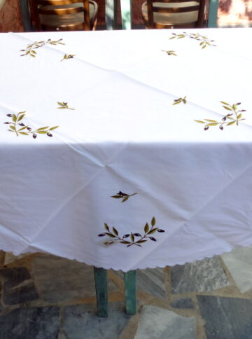 Round tablecloth with satin stich
